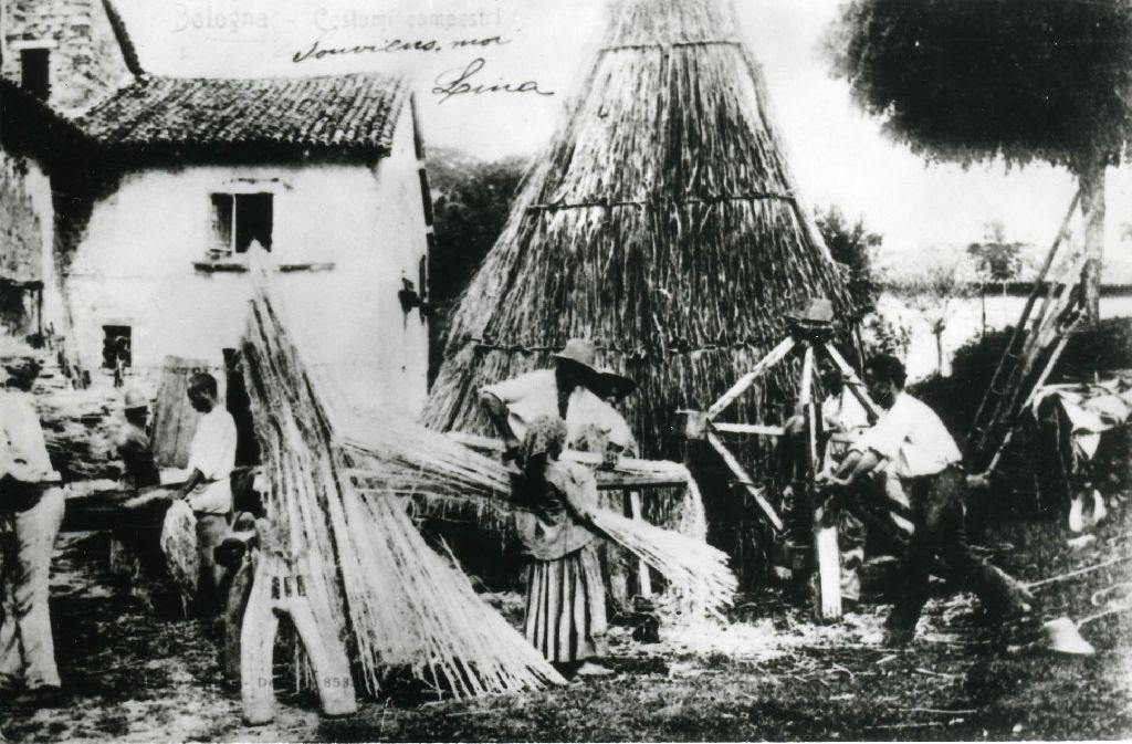 Decanapulazione: scavezzatura delle mannelle di canapa, poste su un pancone, per mezzo di mazze rotanti azionate a mano; a sinistra, il grametto per la gramolatura della canapa scavezzata.