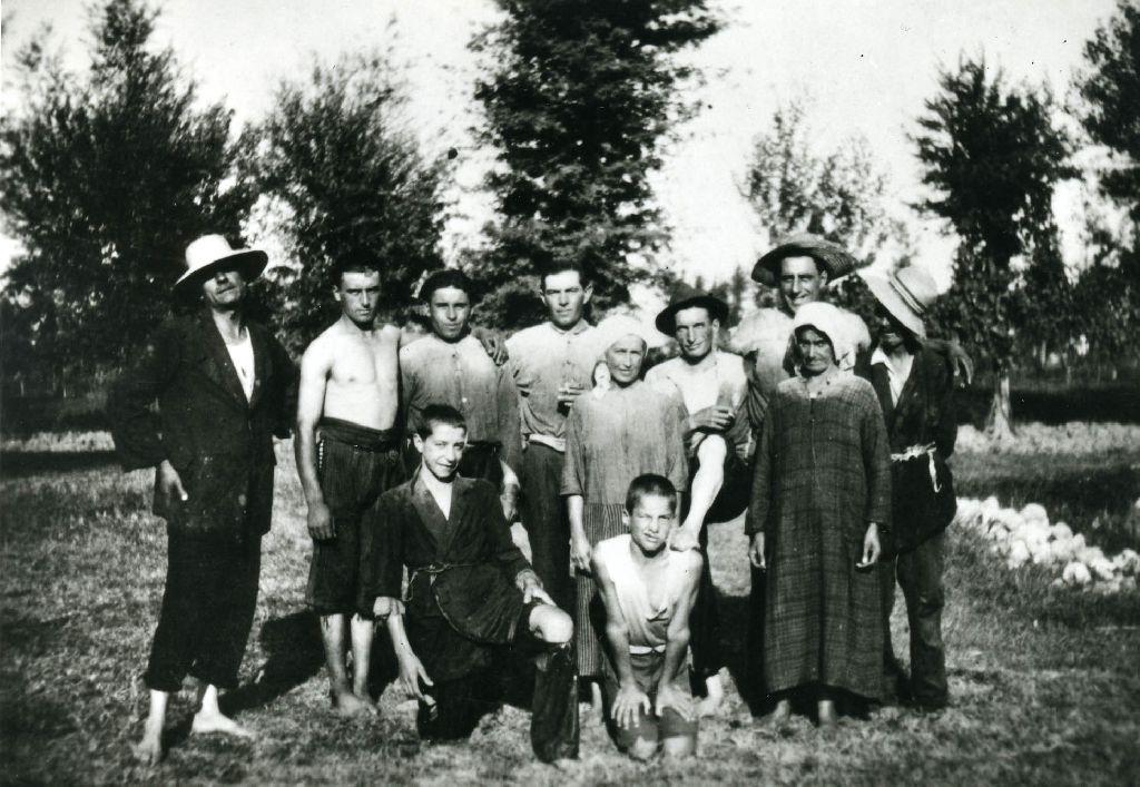 Famiglia Bonori con aiutanti, in posa dopo la levata della canapa dal macero; notare i vestiti zuppi d'acqua