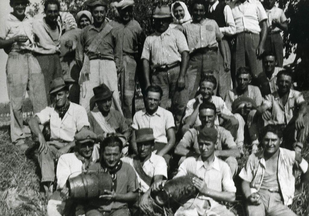 Gruppo di braccianti ritratto durante un momento di pausa