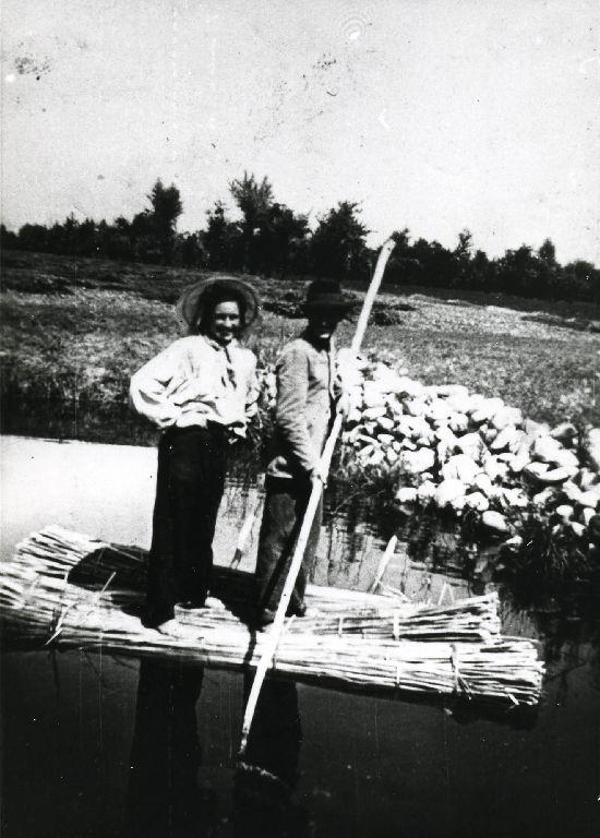Preparazione delle zattere formate dai fasci di canapa, zattere da macerare; ai bordi del macero  i sassi che servono per l'affondamento delle zattere