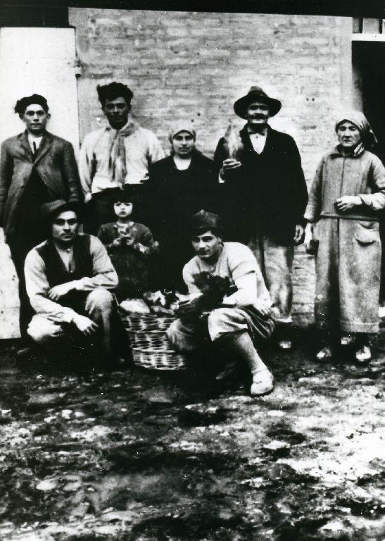 Giacomo Magni e la moglie; a destra Secondo Magni, la figlia e la moglie; accovacciato, a sinistra, il nipote di Giacono, necroforo; gli altri  sono amici