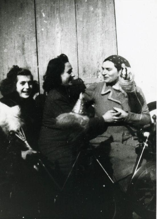 Gruppo di donne intente alla filatura con rocca e filatoio a pedale; nelle foto compaiono, da sinistra, Ivonne Bianchi, Iride Zucchini e Rita Franchini.