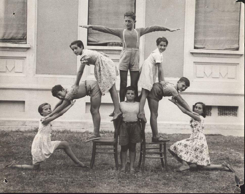 Bambini e bambine in posa nel giardino della scuola elementare di Vedrana, fraz. del Comune di Budrio.