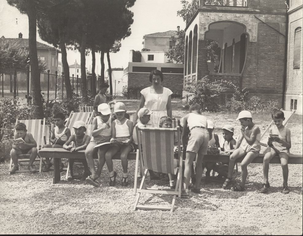 Bambini e bambine durante le attività ricreative nel campo solare della scuola elementare di Budrio.