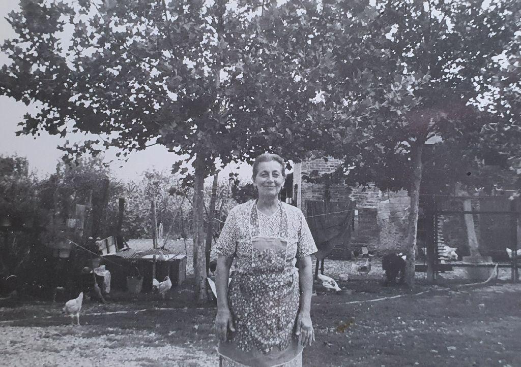Gaetana Bonetti nella corte colonica