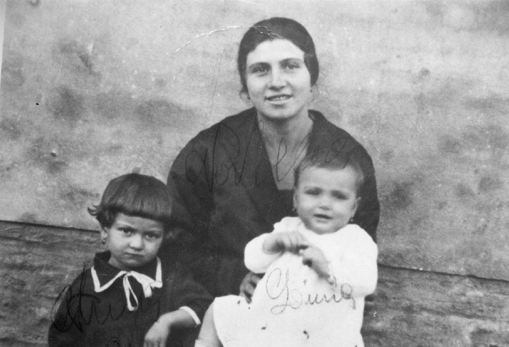 Pedrielli Novella ritratta con Anna e Lina