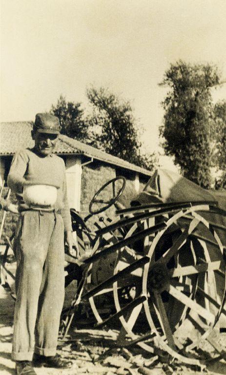 Musiani Adelmo, nato a Calderara di Reno l'11.02.1906, intento a dare il granoturco alle galline, Granarolo dell'Emilia 1939