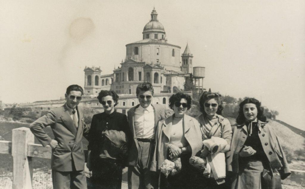 Elda Musiani in gita al Santuario di San Luca con amici, Bologna, primavera 1958