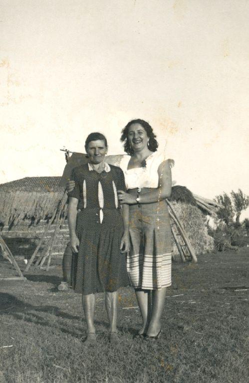 Olga Franchini in Musiani, nata a Sala Bolognese il 23.08.1907, in compagnia della nipote acquisita, Granarolo dell'Emilia 1979