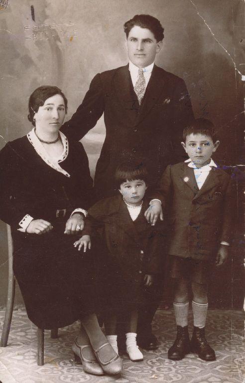Ritratto di Armando Trombetti con la moglie Ida Galletti e i figli Amelia e Mendes, anno 1933