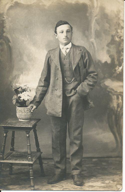 Ritratto in studio di giovane uomo, cugino di Marcella Lanzi, Granarolo dell'Emilia anni'30